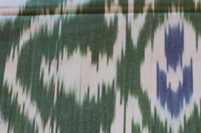 Узбекский шелк в бело-зеленых тонах